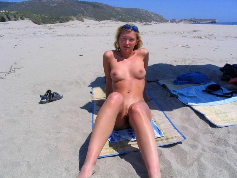 Раздвинула ноги и начала мастурбацию 6 фото