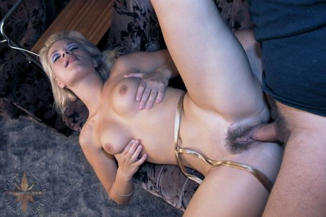 Блондинка в халатике взяла в рот и подставила киску 13 фото