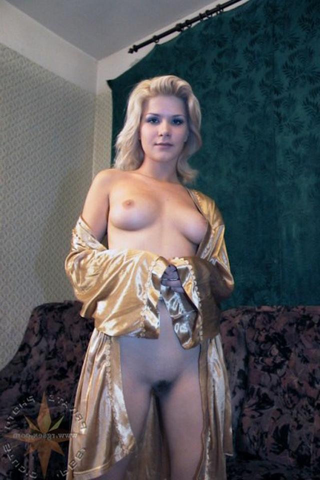 Блондинка в халатике взяла в рот и подставила киску 1 фото