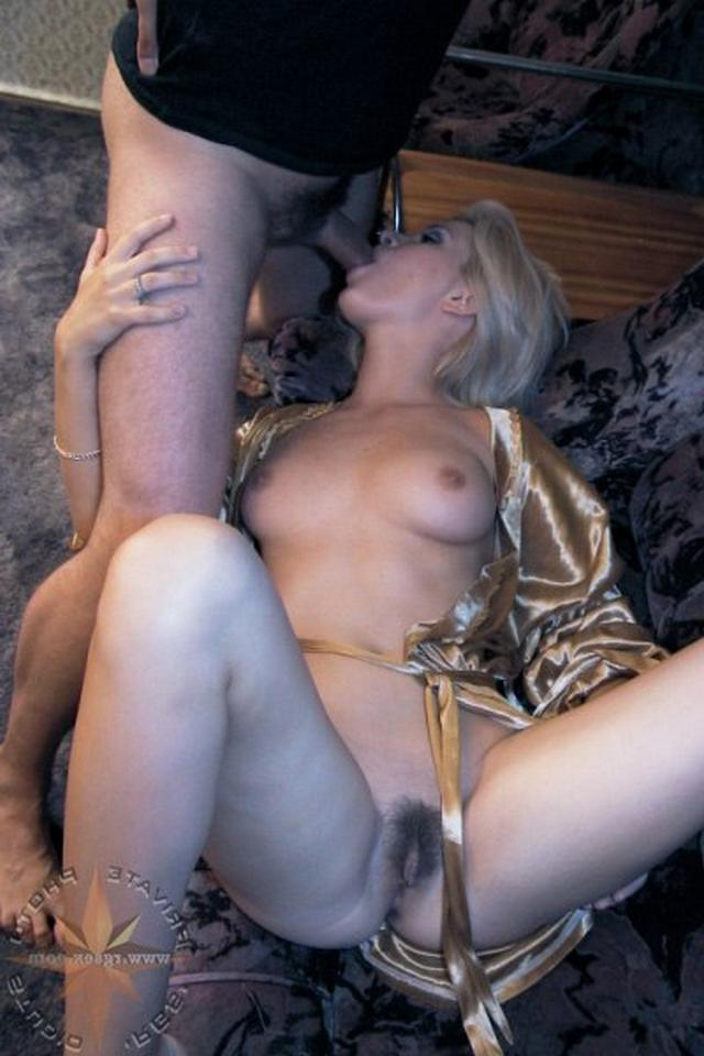 Блондинка в халатике взяла в рот и подставила киску 3 фото