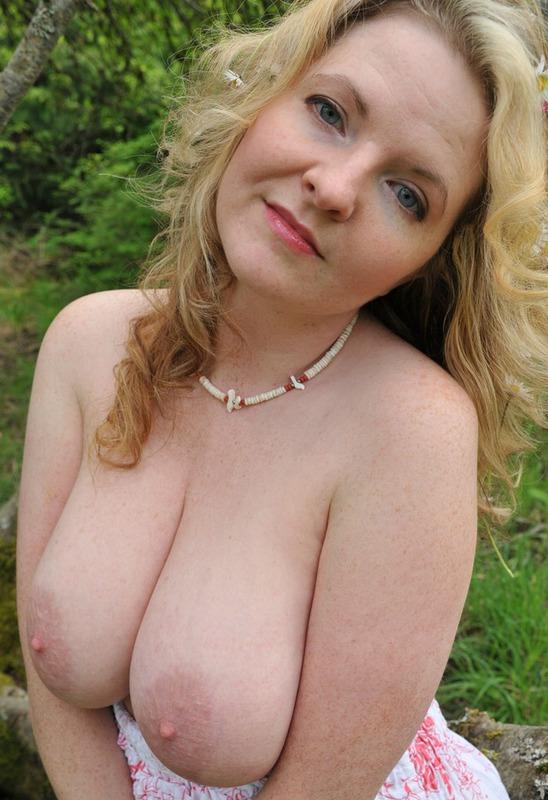 Русская мамочка в теле сняла сарафан в лесу 8 фото