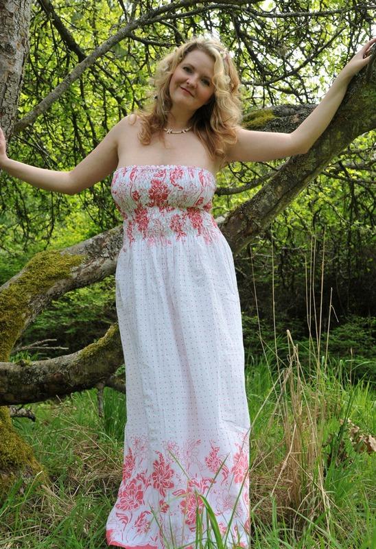 Русская мамочка в теле сняла сарафан в лесу 3 фото