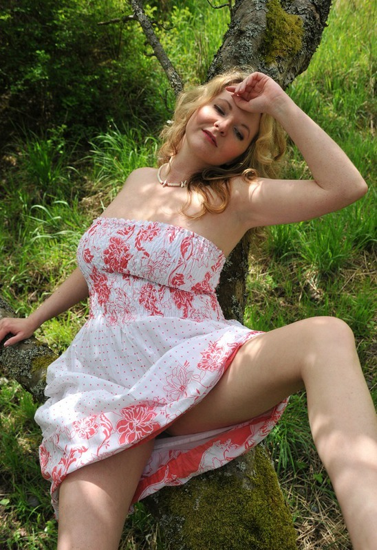 Русская мамочка в теле сняла сарафан в лесу 14 фото