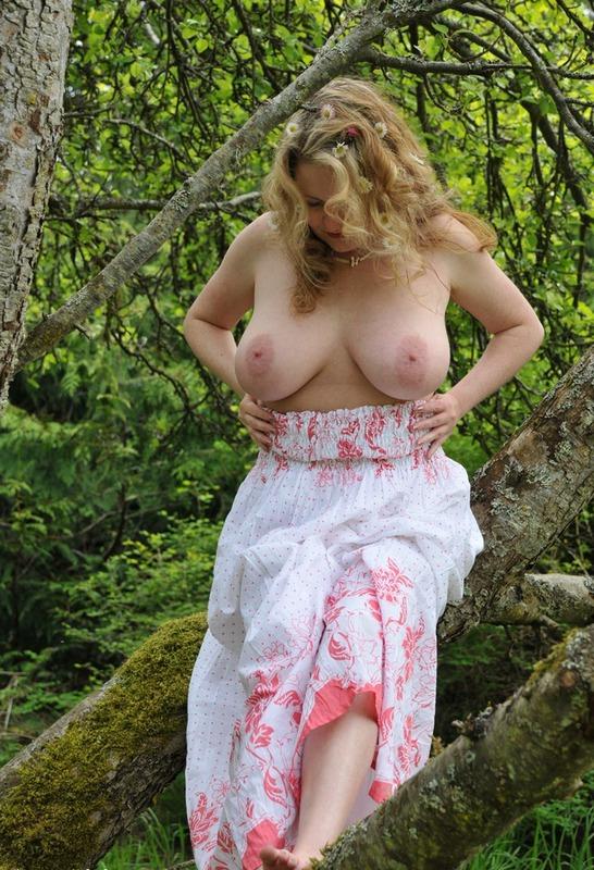 Русская мамочка в теле сняла сарафан в лесу 10 фото