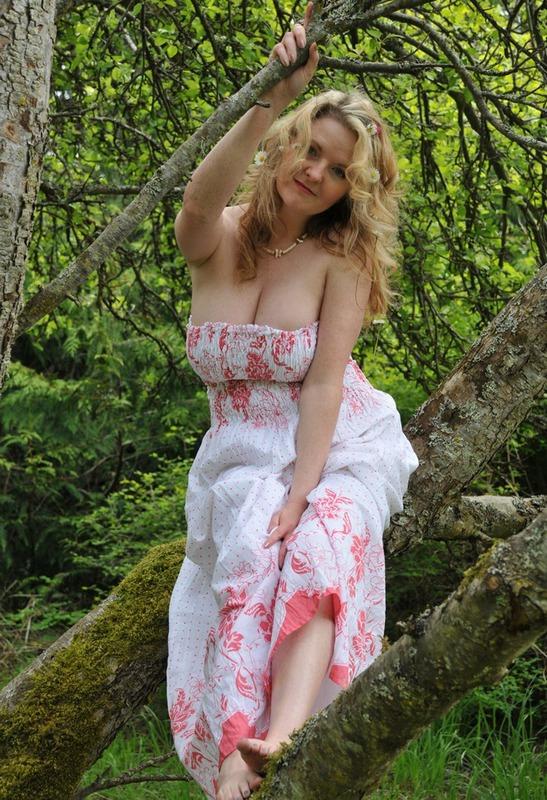 Русская мамочка в теле сняла сарафан в лесу 9 фото