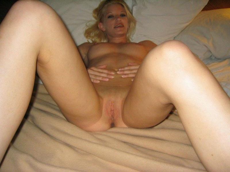 Голая блондинка ласкает писю в постели 13 фото