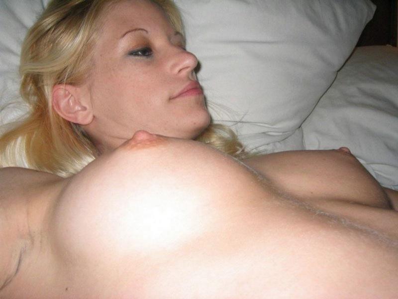 Голая блондинка ласкает писю в постели 8 фото