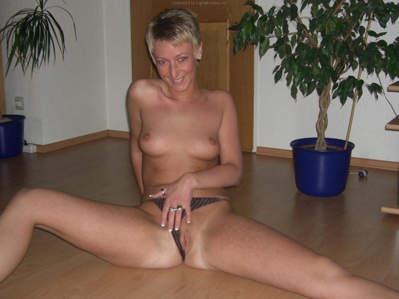 Глупая баба снимает мастурбацию клитора пальцами и вибратором 35 фото