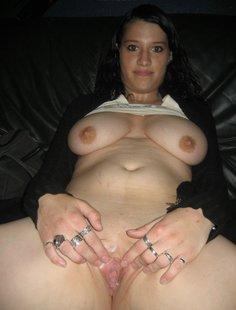Снимает трусики показав вагину