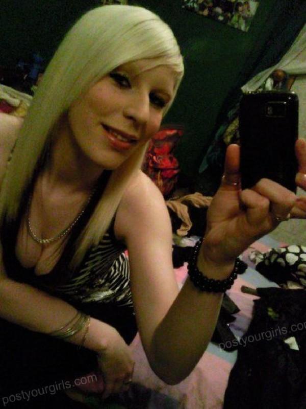 Игривая блондинка делает откровенные снимки у зекрала 2 фото