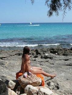 Милфа пришла на нудистский пляж и оголила бюст