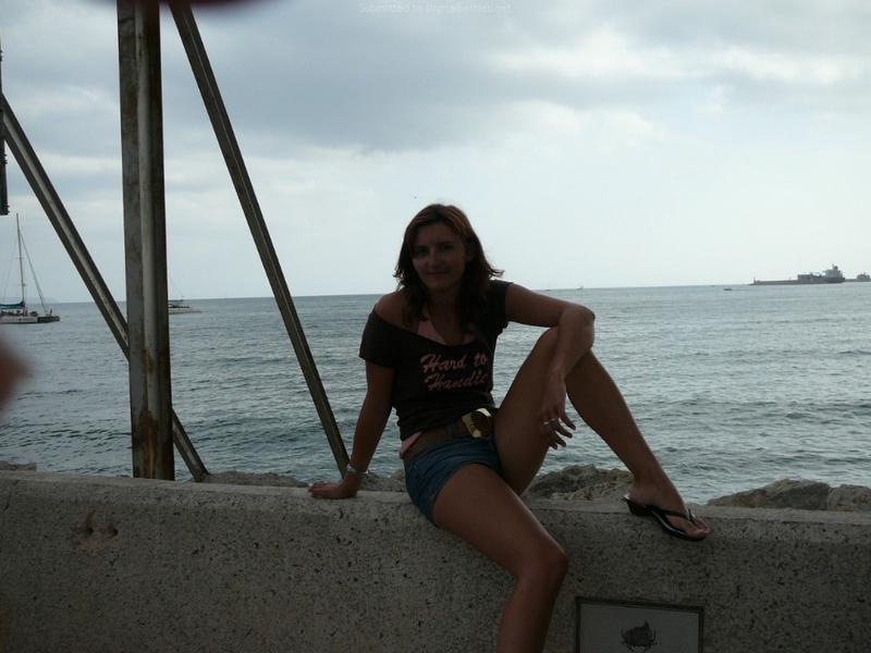 Милфа пришла на нудистский пляж и оголила бюст 5 фото