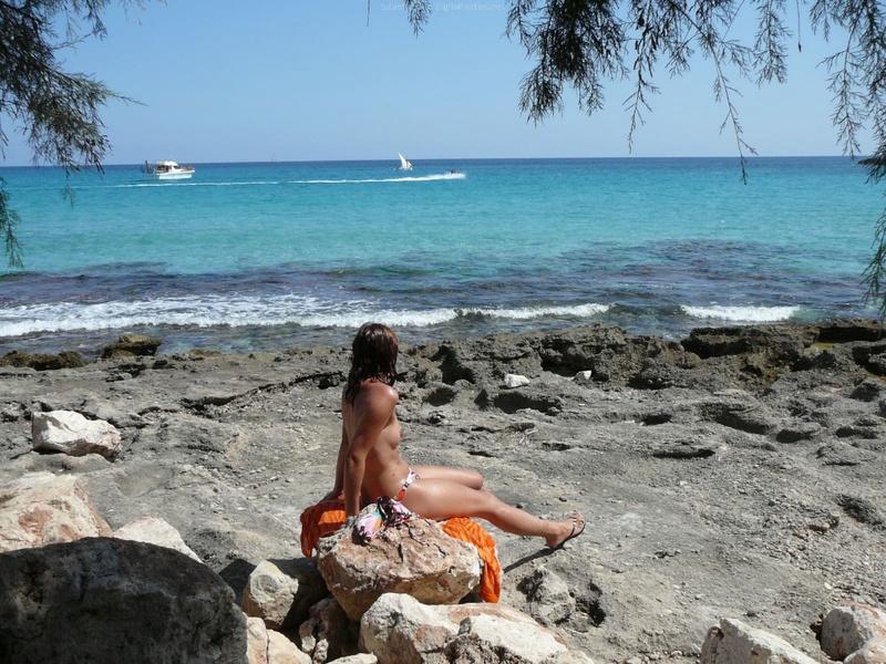 Милфа пришла на нудистский пляж и оголила бюст 9 фото