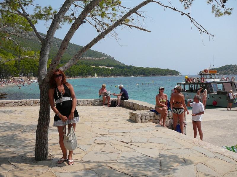 Милфа пришла на нудистский пляж и оголила бюст 1 фото