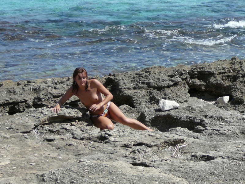 Милфа пришла на нудистский пляж и оголила бюст 15 фото
