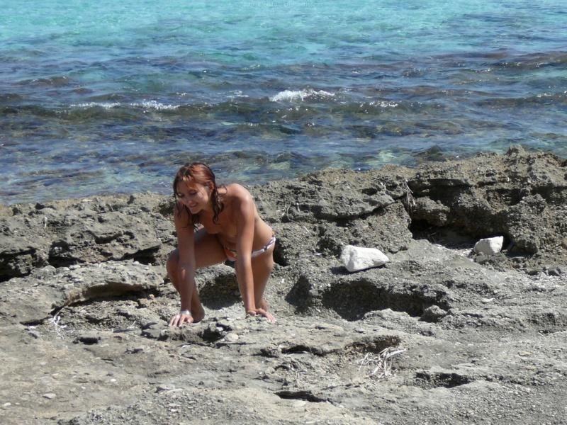 Милфа пришла на нудистский пляж и оголила бюст 17 фото