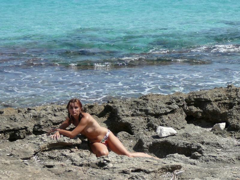 Милфа пришла на нудистский пляж и оголила бюст 14 фото