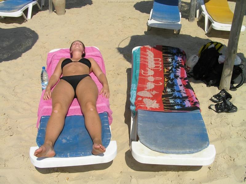 Длинноногая деваха в купальнике купается в бассейне и океане 7 фото