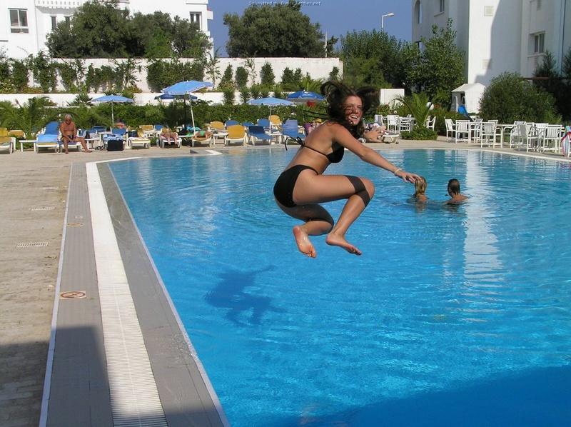 Длинноногая деваха в купальнике купается в бассейне и океане 5 фото