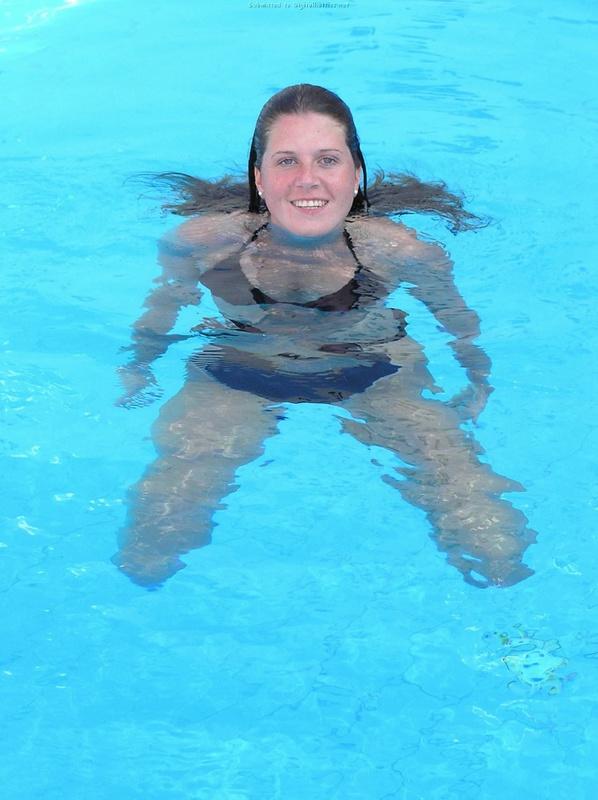 Длинноногая деваха в купальнике купается в бассейне и океане 6 фото