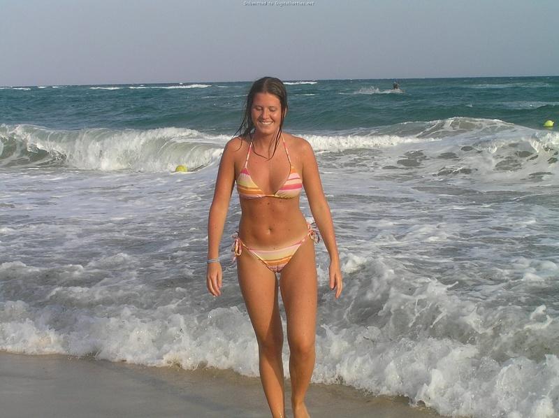Длинноногая деваха в купальнике купается в бассейне и океане 22 фото