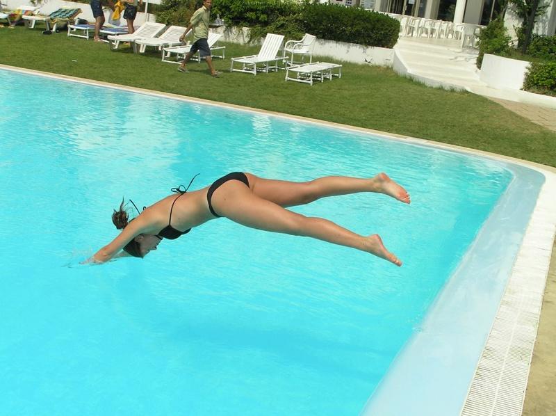 Длинноногая деваха в купальнике купается в бассейне и океане 18 фото