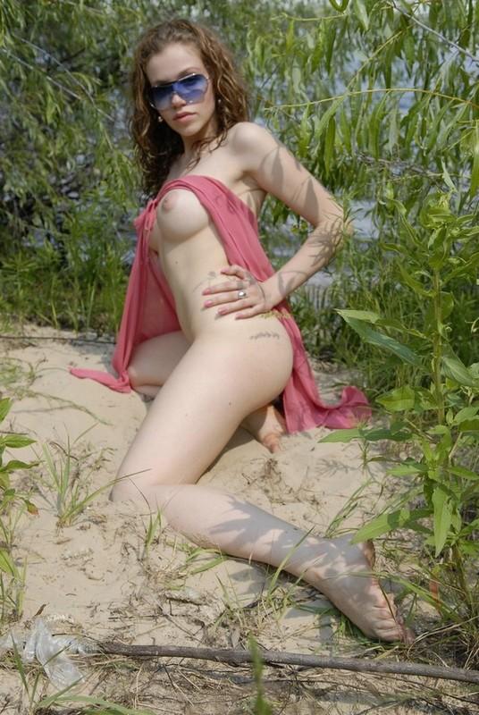 Красотка возле речки раздевается и оголяет сиськи перед мужем 8 фото
