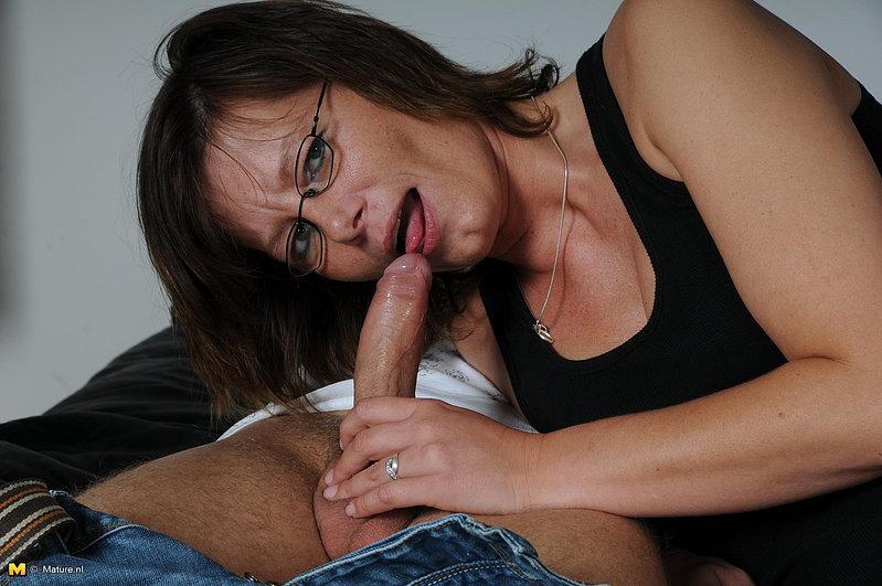 Секс в презервативе с лысым парнем и зрелкой в очках 7 фото