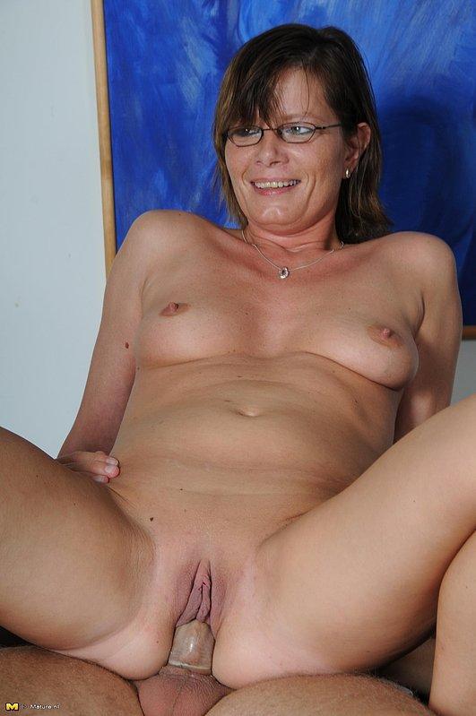 Секс в презервативе с лысым парнем и зрелкой в очках 8 фото