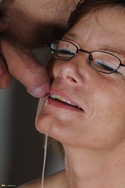 Секс в презервативе с лысым парнем и зрелкой в очках 11 фото