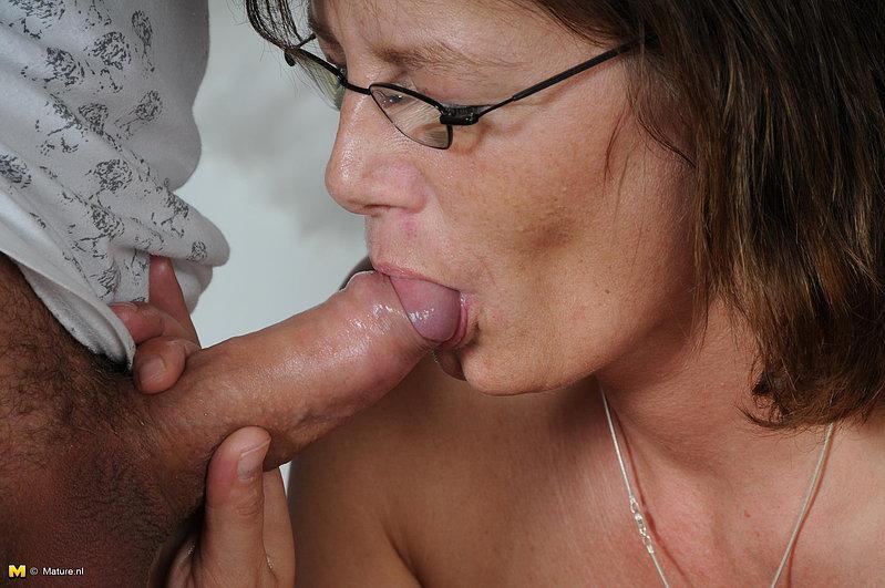 Секс в презервативе с лысым парнем и зрелкой в очках 5 фото