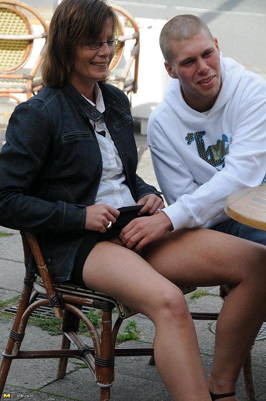 Секс в презервативе с лысым парнем и зрелкой в очках 3 фото
