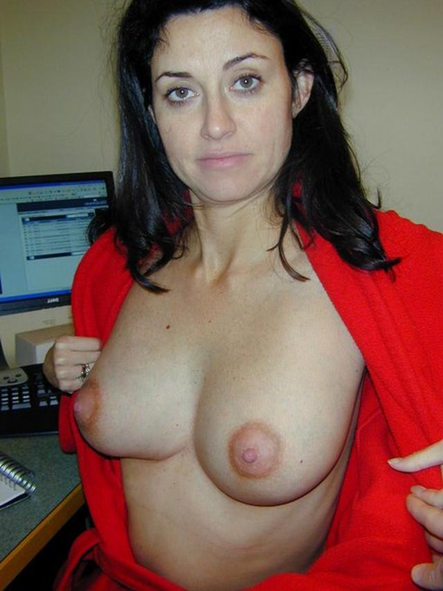 Дамы обнажаются и жаждут показать свои гениталии 10 фото