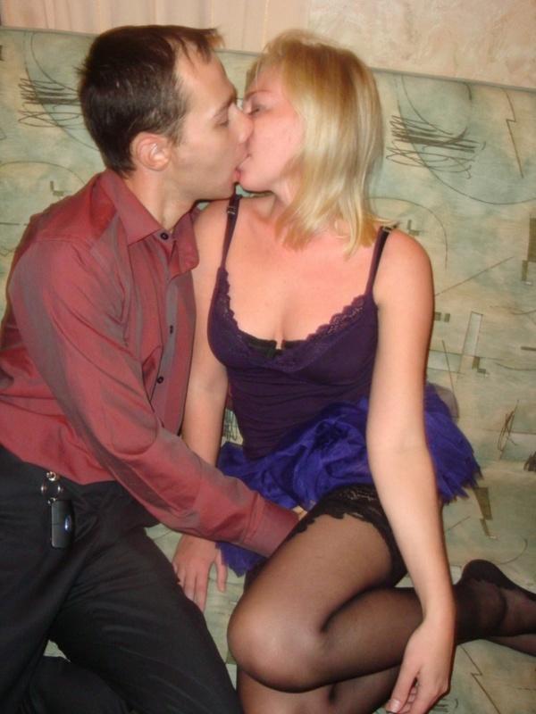 Два друга надавали в рот пьяной блондинке 2 фото