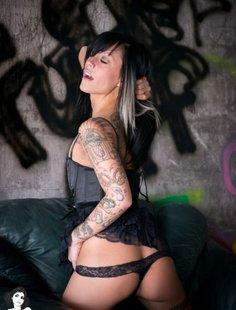 Татуированная девчонка выделывается и показывает себя