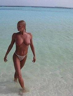 Обнаженная барышня на берегу моря