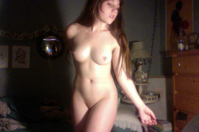Длинноволосая девушка с волосатыми подмышками ходит голая по комнате 8 фото