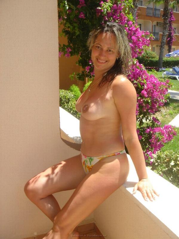 Туристка показывает грудь и киску на фоне пальм и моря 3 фото