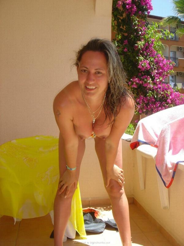 Туристка показывает грудь и киску на фоне пальм и моря 1 фото