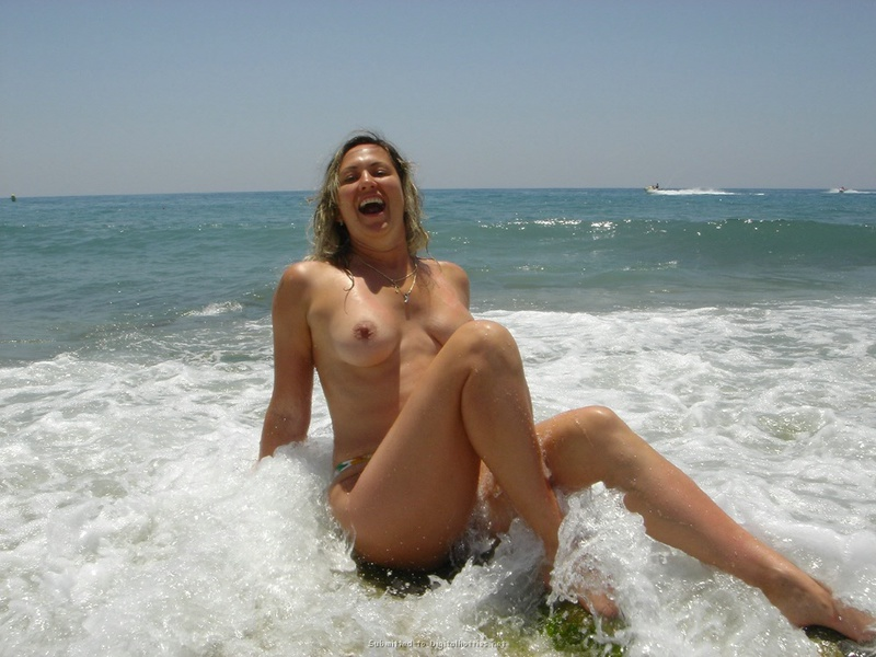 Туристка показывает грудь и киску на фоне пальм и моря 11 фото