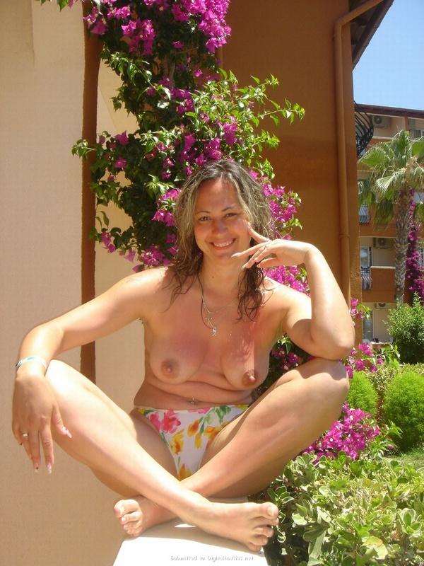 Туристка показывает грудь и киску на фоне пальм и моря 9 фото