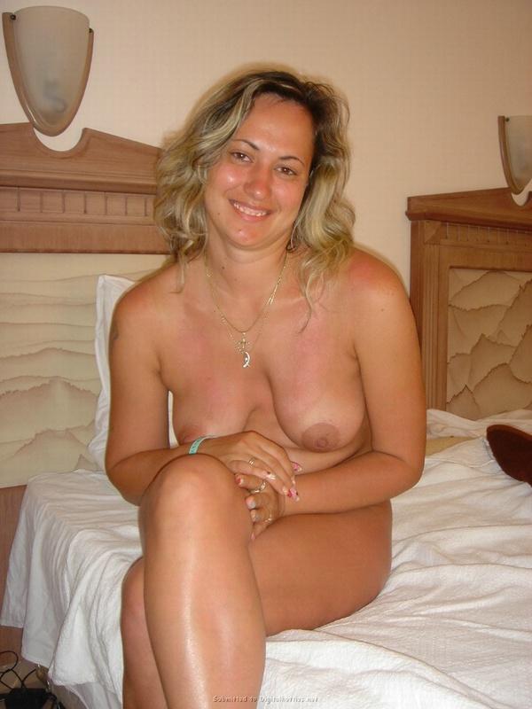 Туристка показывает грудь и киску на фоне пальм и моря 23 фото