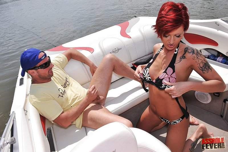 Татуированная девушка сосёт и трахается в анал на катере 2 фото