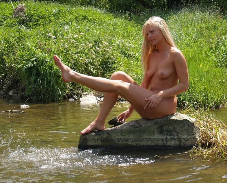 Белокурая мама купается в речке голышом 7 фото