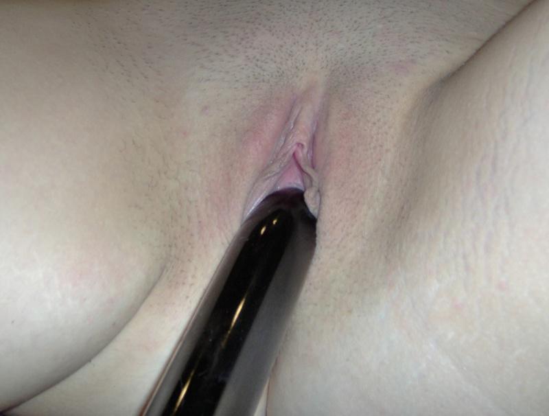 Молодая деваха позирует голышом дома и мастурбирует черным вибратором 19 фото