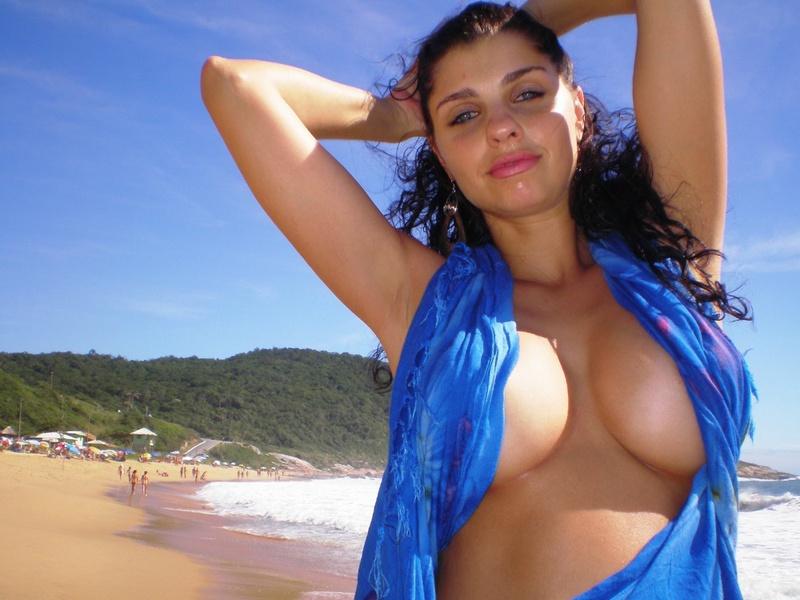 Туристка с большой грудью отдыхает на нудистском пляже 8 фото