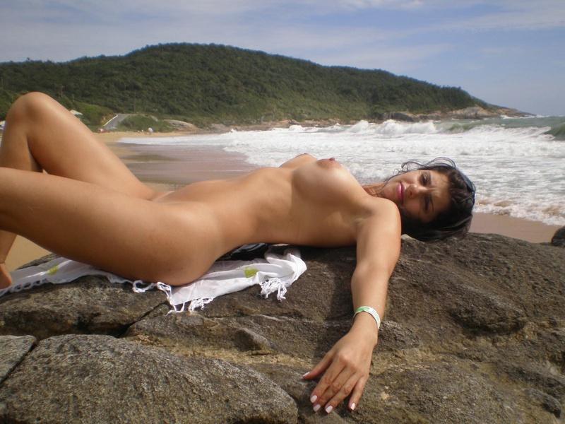 Туристка с большой грудью отдыхает на нудистском пляже 14 фото