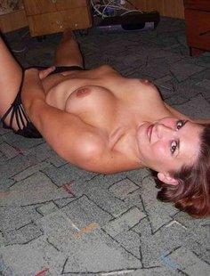 Зрелая женщина позирует на полу перед любовником