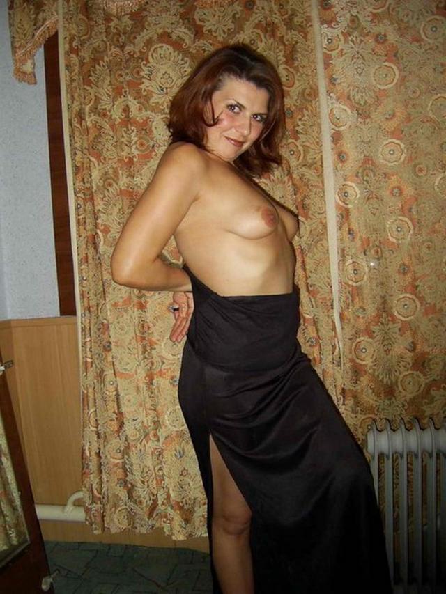 Зрелая женщина позирует на полу перед любовником 10 фото