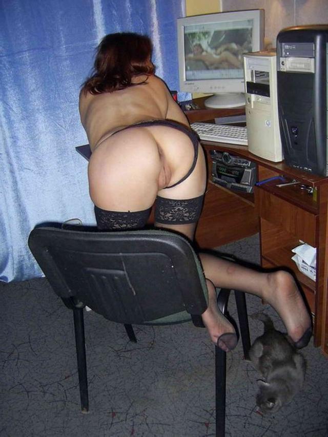 Зрелая женщина позирует на полу перед любовником 21 фото